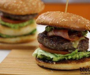 BBQ Burger με κρέμα αβοκάντο